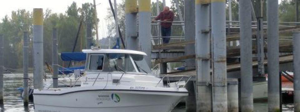 Das Motorboot der Segelschule bei der Motorbootausbildung